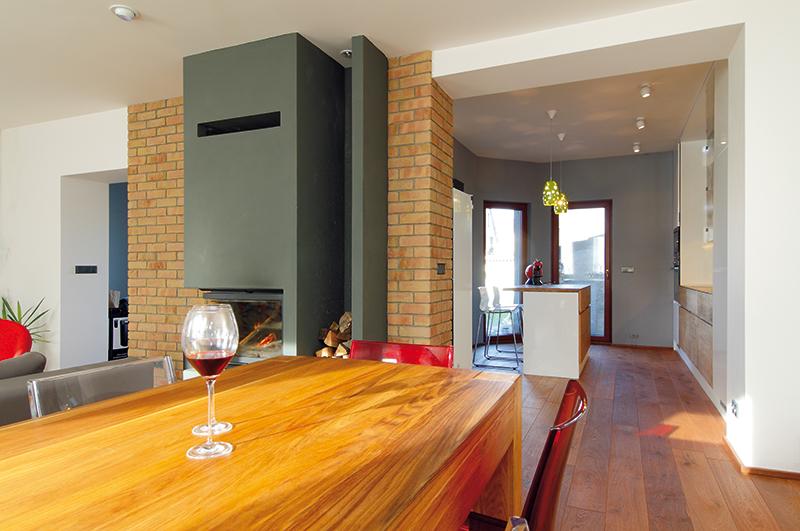Obývací pokoj propojený s arkýřem kuchyně po zásahu architektky tvoří jeden celek. FOTO: Dano Veselský