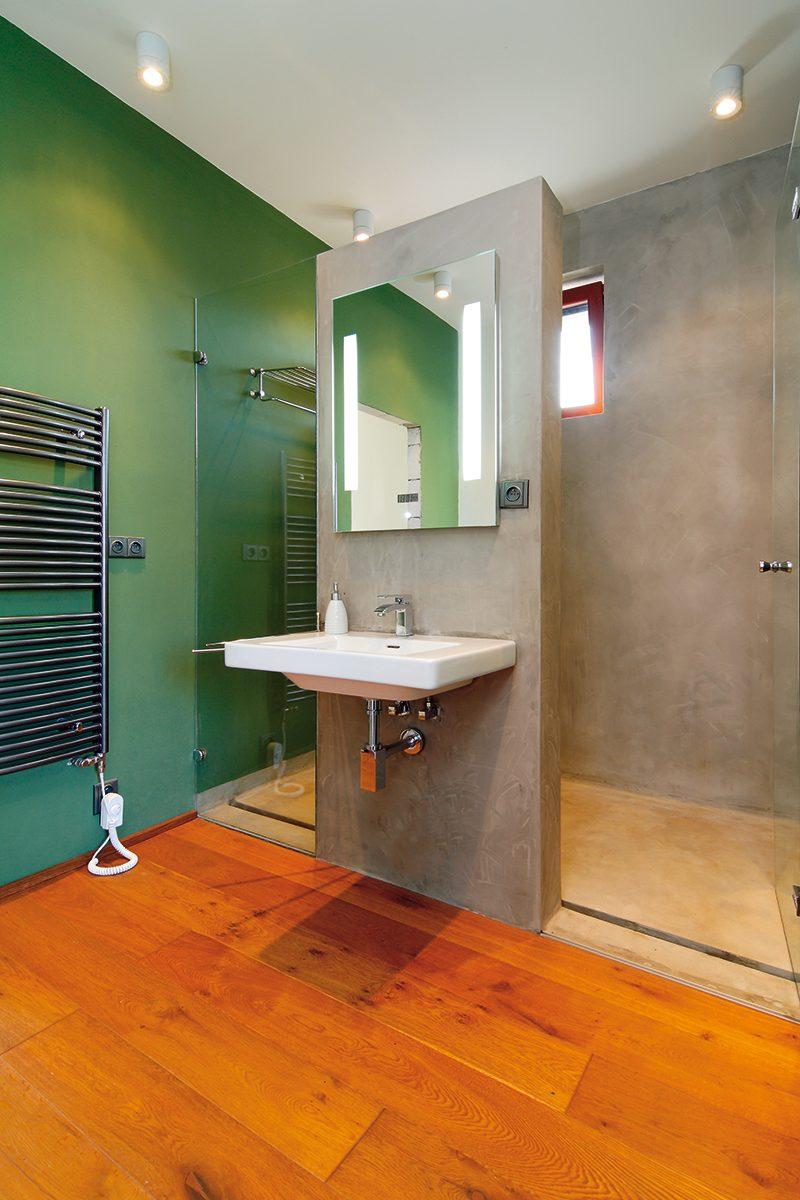 """""""Betonová"""" koupelna nemá působit jako koupelna. Na nás působila velmi příjemně a domácí si jí nemohou vynachválit. FOTO: Dano Veselský"""