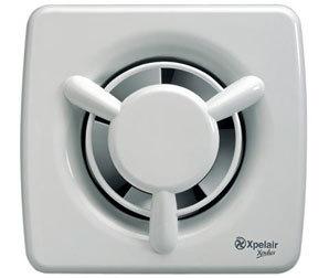 Malý axiální ventilátor na odvod vzduchu z WC a koupelny