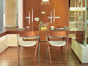 V současnosti převládá trend otevřených prostorů. Když chcete ve velké místnosti vytvořit jídelnu v intimnějším zákoutí, můžete oddělit jídelní stůl od kuchyně jen částečně či opticky – třeba krátkou příčkou nebo umělecky ztvárněným sklem.