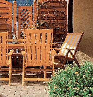Ochrana dřeva povrchovými nátěry se týká i doplňků, jakými je zahradní nábytek nebo garážová vrata z tohoto materiálu. Také u nich bychom měli poslouchat rady odborníků a nechat si poradit při výběru nejvhodnějšího nátěru.