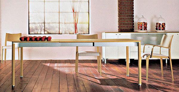 Problém s nedostatkem místa se dá někdy vyřešit rozkládacím nebo roztahovacím stolem.