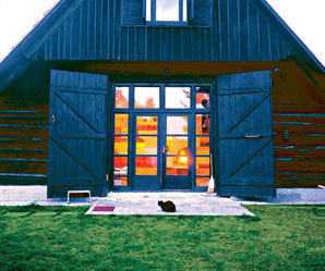 Návrat k tradici by nemusel být aktuální jen ve Skandinávii nebo v Německu či Rakousku. Vždyť ještě dnes žijí lidé v dřevěných chalupách a mnozí z nás se do jejich současných replik vracejí. Asi vědí proč.