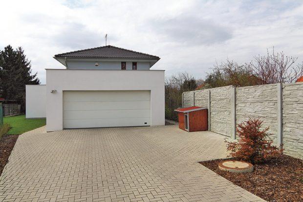 Při stavbě tohoto typového domu si můžete vybrat mezi verzí s garáží a bez garáže, jen s přístřeškem pro auto.