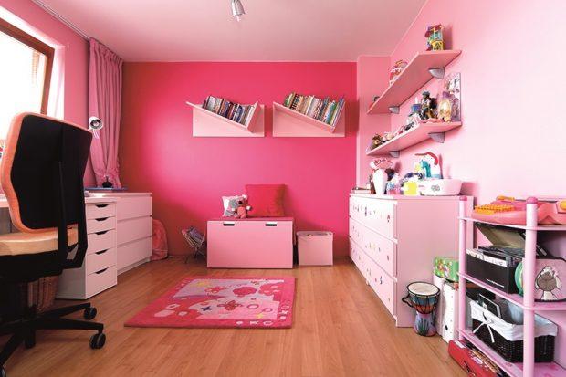 Tento dětský pokoj jasně patří mladé slečně. Skládá se ze dvou stavebně oddělených prostorů.