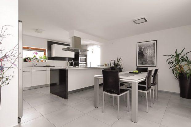 Světlost a vzdušnost interiéru je podpořena jeho barevným řešením, které je kombinací bílé, černé a nerezové šedé. Jen sem tam se objevují barevné akcenty.