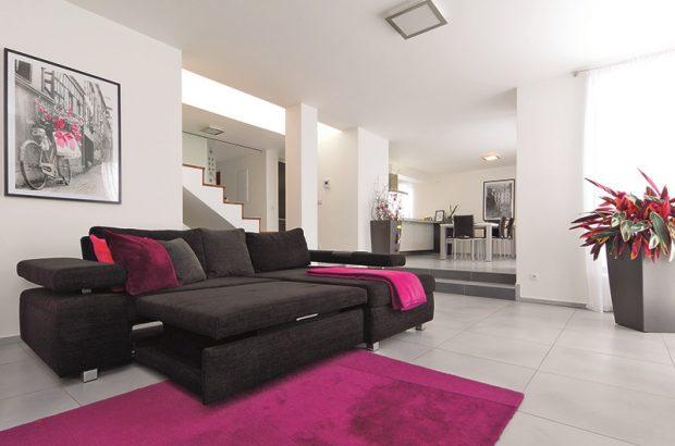 Čisté barevné řešení s drobnými barevnými akcenty si nejvíce uvědomíte v obývacím pokoji.