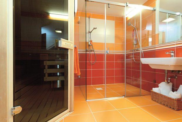 V koupelně v přízemí je sauna a prostorný sprchový kout se dvěma sprchami.