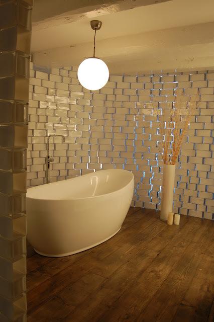 Celá stěna vytvořená ze skleněných váz