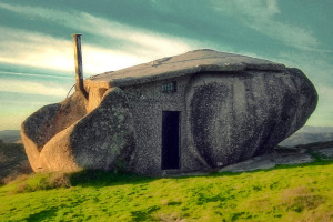 Nevšední dům mezi balvany