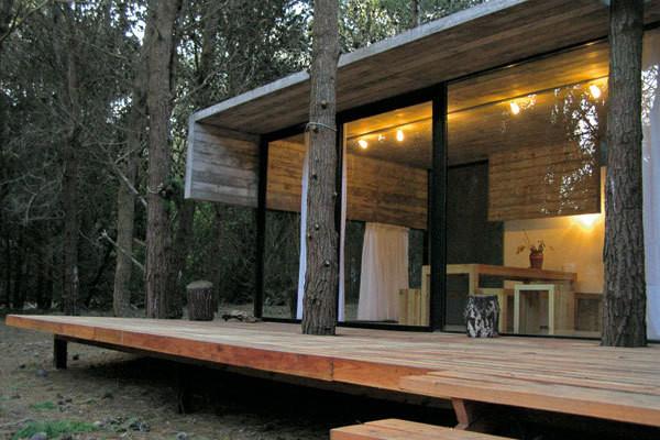 Jednoduchý ekonomický dům mezi stromy