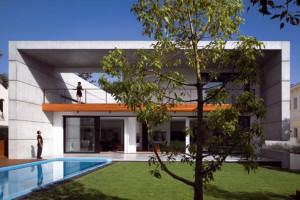 Neobvyklý dům z pohledového betonu nedaleko Tel Avivu