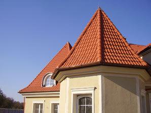 Ozdobný kohout na hřebeni zvýrazní a zkrášlí střechu s krytinou KM BETA