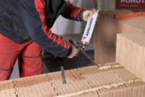 Stavební sezona je tady! Hrubou stavbu můžete zvládnout do týdne. Zděte na pěnu POROTHERM DRYFIX