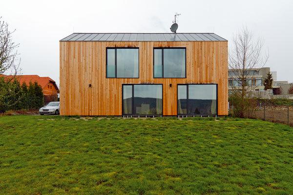 Tvarově jednoduchá dřevostavba