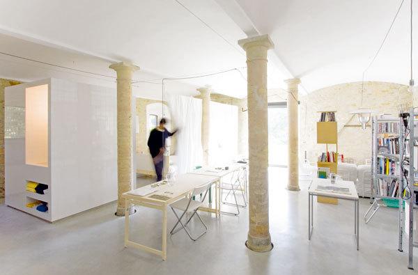 Původní stáj se proměnila v útulný byt i ateliér