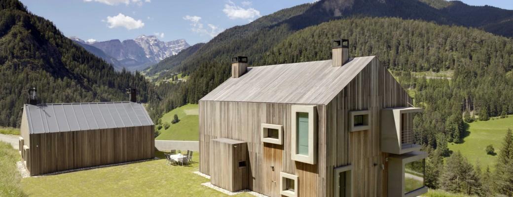 Dům s dřevěnou střechou a okny na přeskáčku