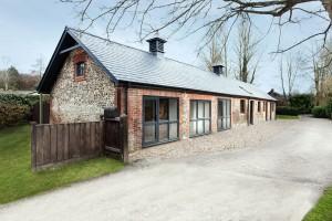 Moderní rodinný dům ze starých koňských stájí