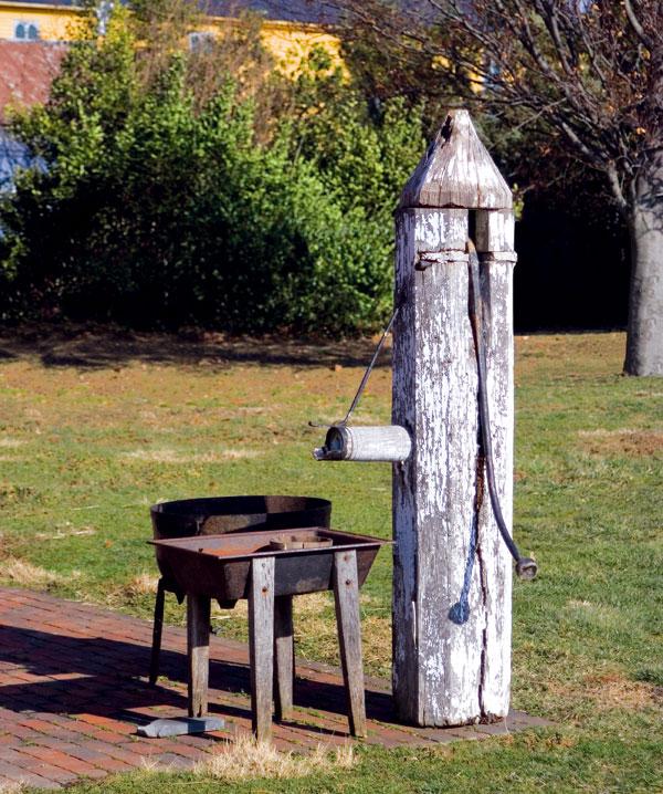 """Vodní prvek vpodobě jezírka či vodopádu vyžaduje údržbu. Pokud se o něj nemůžete pravidelně starat, stejně dobře vodu vzahradě zastoupí """"obyčejná"""" pumpa. foto: Thinkstock"""