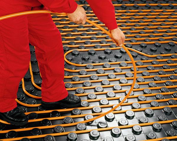 U teplovodního podlahového vytápění jsou nejvhodnější polybutenové trubky, které jsou odolné proti korozi, tlumí hluk ajejich životnost přesahuje 50let.  FOTO: WOLF ČR