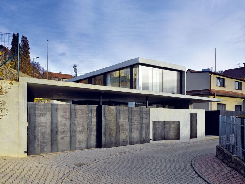 Garáž svým tvarem i materiálem odpovídá celkovému pojetí domu. FOTO: Filip Šlapal