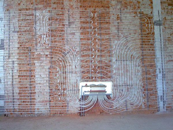 Teplovodní stěnové vytápění se může používat nejen samostatně, ale i jako doplněk kpodlahovému vytápění. Předností tohoto systému je především schopnost rychlejšího náběhu, atím i rychlejší vyhřátí místnosti proti podlahovému vytápění. FOTO: Univenta