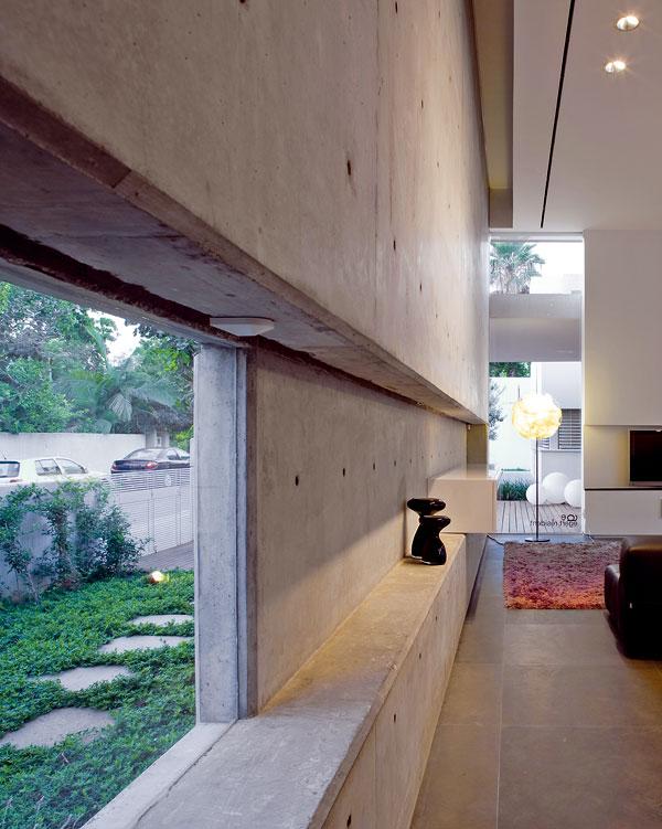 Vobývacím prostoru je ve výřezu umístěno okno pro výhled od jídelního stolu. Opačnou osu tvoří okno vrohu místnosti obrácené kevchodu. FOTO: Amit Geron