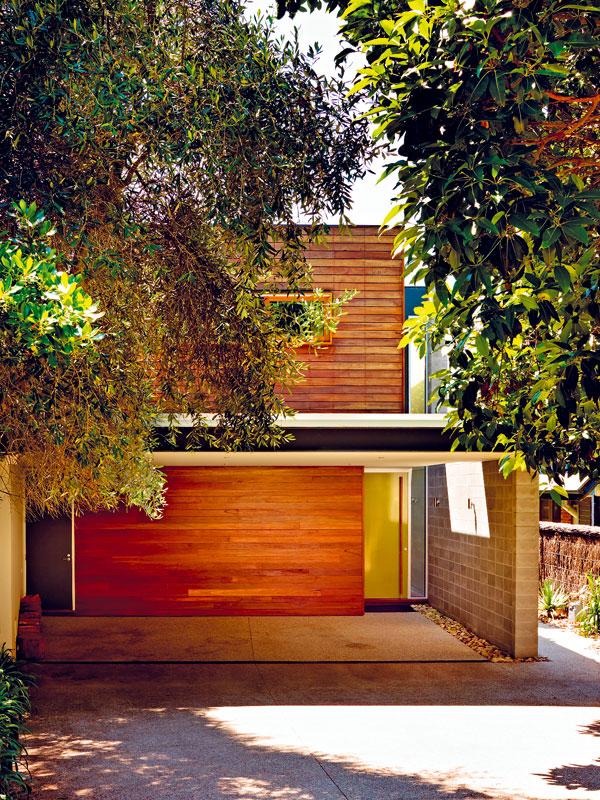 Jižní strana, z níž se do domu vstupuje, je skryta za ohybem slepé uličky či spíše cesty mezi zahradami. V domě není garáž, auta stojí pod přístřeškem před vstupem. FOTO: Rhiannon Slater