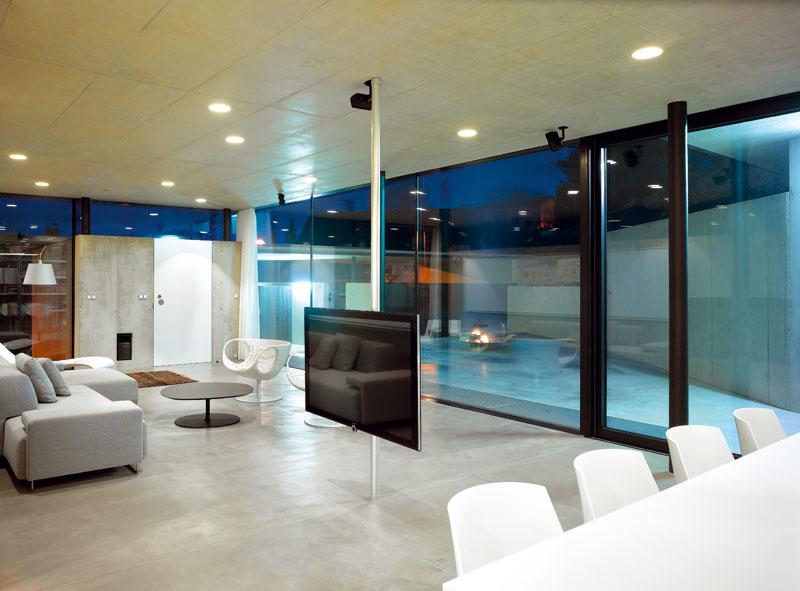 Bezrámová zasklení a jednotící materiál interiérové a exteriérové podlahy vytvářejí dojem spojitého prostoru. FOTO: Filip Šlapal