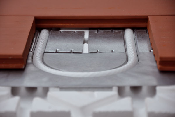Stále větší oblibu získává tzv. suchá podlahovka. Je složena zpolystyrenové systémové desky sdrážkami, do nichž se založí plechové profily sloužící k odvodu tepla od trubky do vrchní vrstvy podlahy. Do plechových profilů se vtlačí trubka určená pro podlahové topení.  FOTO: Univenta
