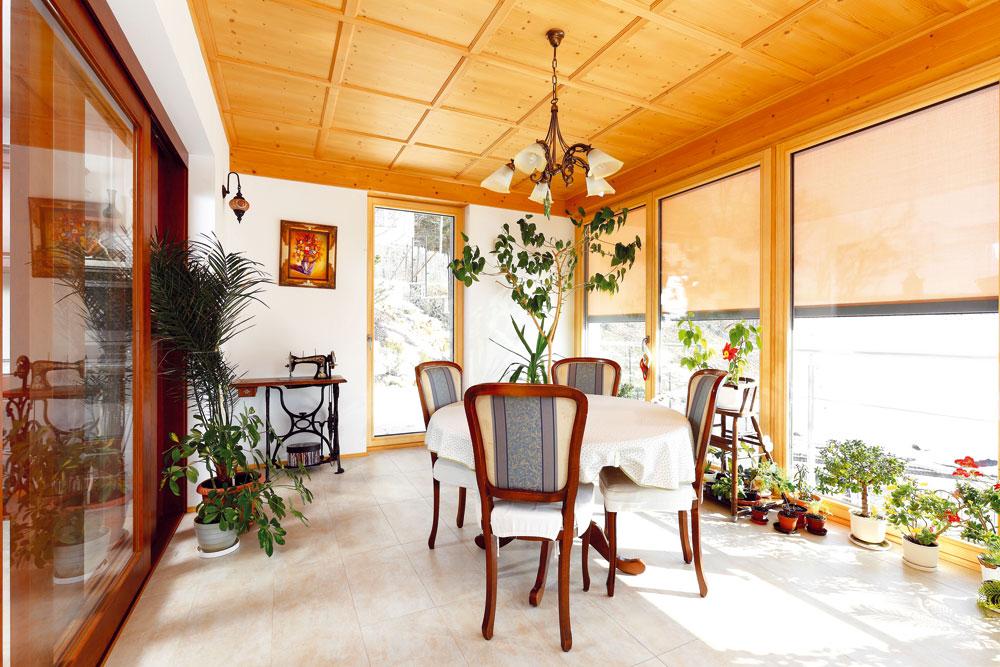 Zimní zahrada byla vytvořena jako lapač tepelné energie. Velká okna jsou v případě příliš vysokých tepelných zisků stíněna textilními slunečními clonami. Nezacloněná okna propustí 60 % tepelné energie, zacloněná jen 9 %. Režim zacloňování je kombinován s větráním tak, aby teplota vzduchu v zimní zahradě byla příjemná během celého roku. FOTO: DANO VESELSKÝ