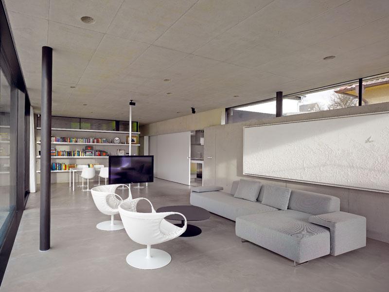 Hlavní obytný prostor s ručně kletovanou podlah FOTO: Filip Šlapal.