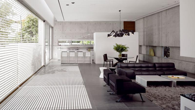 Obývací prostor je provoněný přírodní kyticí z větviček eukalyptu. FOTO: Amit Geron