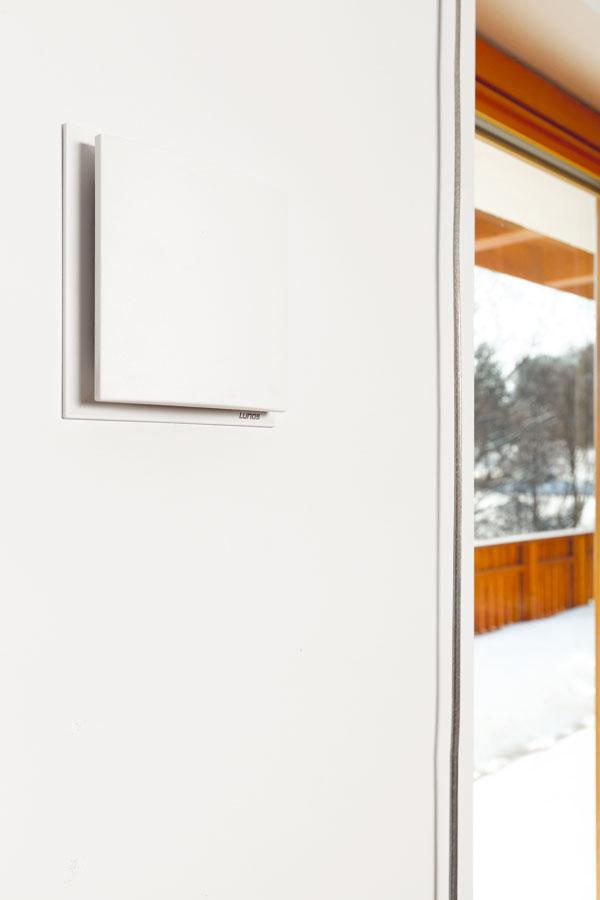 Stavitelé použili novou větrací mřížku jako součást tepelné izolace bez ohledu na to, zda jde okontaktní, nebo odvětrávaný systém. Donedávna se používaly průduchy, které měly v interiéru pěkný kompaktní vzhled, ale na venkovní stěně rušily protidešťovou mřížkou. Větrací mřížka je umístěna v ostění okna, takže je ukryta před přímým pohledem. FOTO: DANO VESELSKÝ
