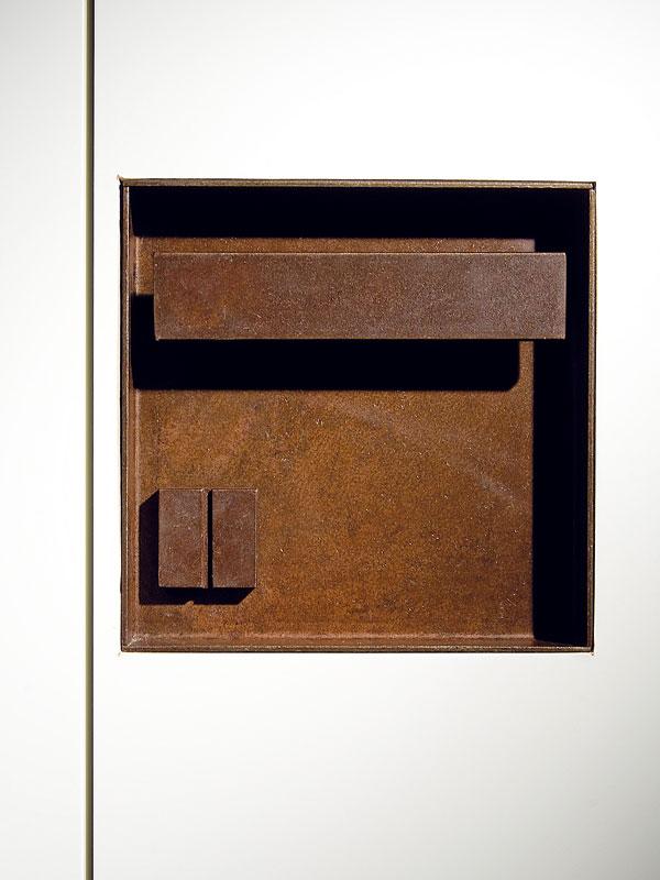 Architektky si pohrály skaždým detailem. Zapuštěné bezzárubňové dveře ajejich kliky či úchytky jsou navrženy a vyrobenyna míru. FOTO: Anna Galante