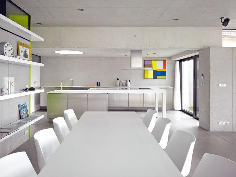 Kuchyňskou část v pozadí lze oddělit posuvnými panely. FOTO: Filip Šlapal
