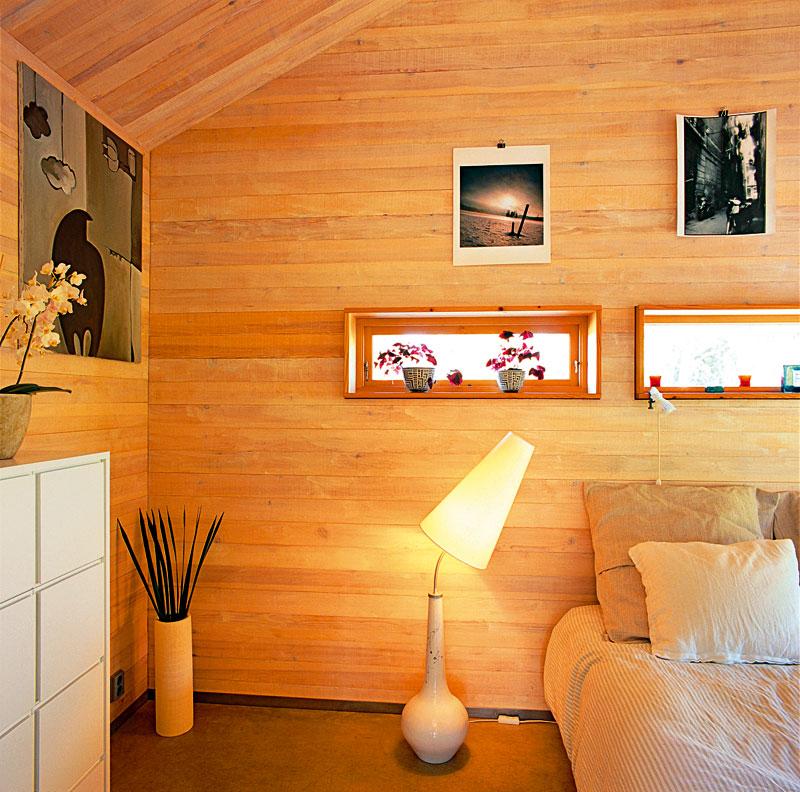 Charakter miniaturní ložnice dotvářejí malby Kurta Lightnera afotografie Jamesa Silvermana, které se vyjímají na dřevěných stěnách. Zajímavou lampu Man navrhla Olga Popyrina.