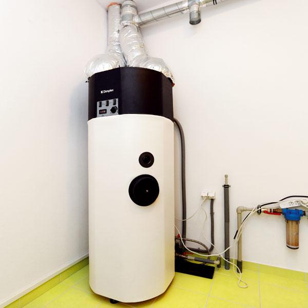 Rekuperace je nastavena tak, že z odváděného vzduchu, který je přiveden do rekuperátoru, je odebráno teplo pro dohřívání přiváděného čerstvého vzduchu a ohřev pitné vody. Zchlazený na 5 °C se potom vyfukuje ven. FOTO: DANO VESELSKÝ