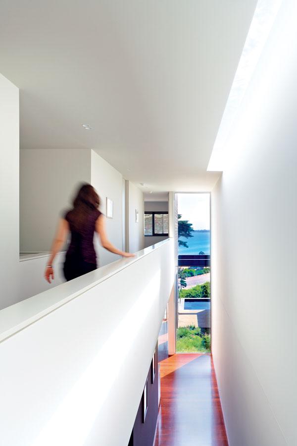 Hala vysoká přes dvě podlaží se na tom horním rozšiřuje do otevřené galerie, z níž se vstupuje do ložnic. Zmenšila sice užitkový prostor v poschodí o více než 16 m2, stálo to však za to. FOTO: Rhiannon Slater