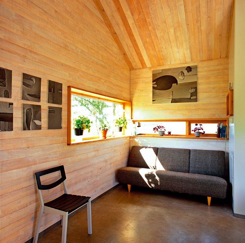 """""""Záliv"""" na konci domu vytváří rozšíření v místě obývacího pokoje. Uplatnil se tu klasický design v podobě pohovky Mathsson zroku 1939. Pohovku doplňuje židle Svenska Bär, kterou navrhli Per Holgersson a Nick Åberg pro značku Loo Design."""