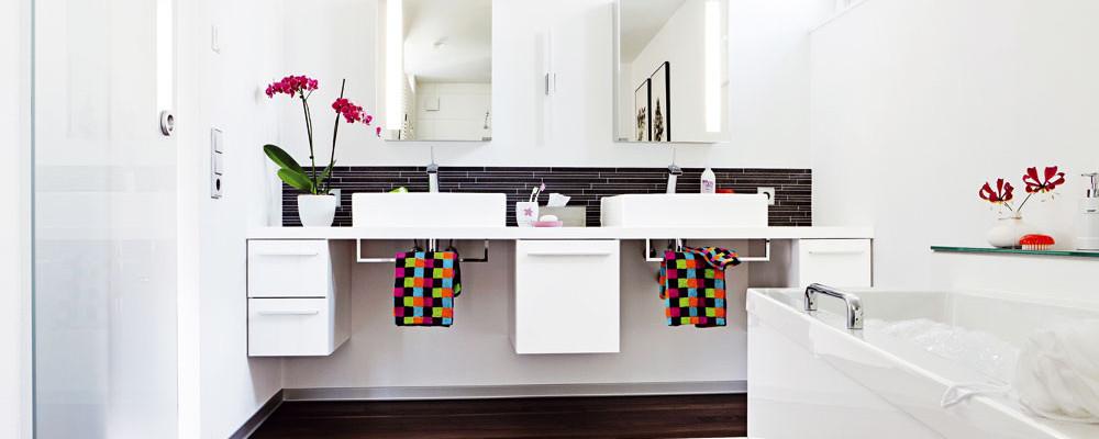 Jak zařídit prakticky a zároveň působivě úzkou dlouhou koupelnu
