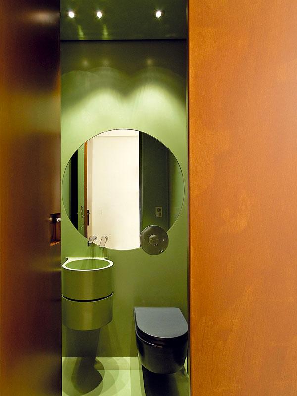 Výrazně odlišná je koupelna pro hosty, která připomíná miniaturní koupelny na jachtě. Dominuje tu Corian vzelené barvě. FOTO: Anna Galante