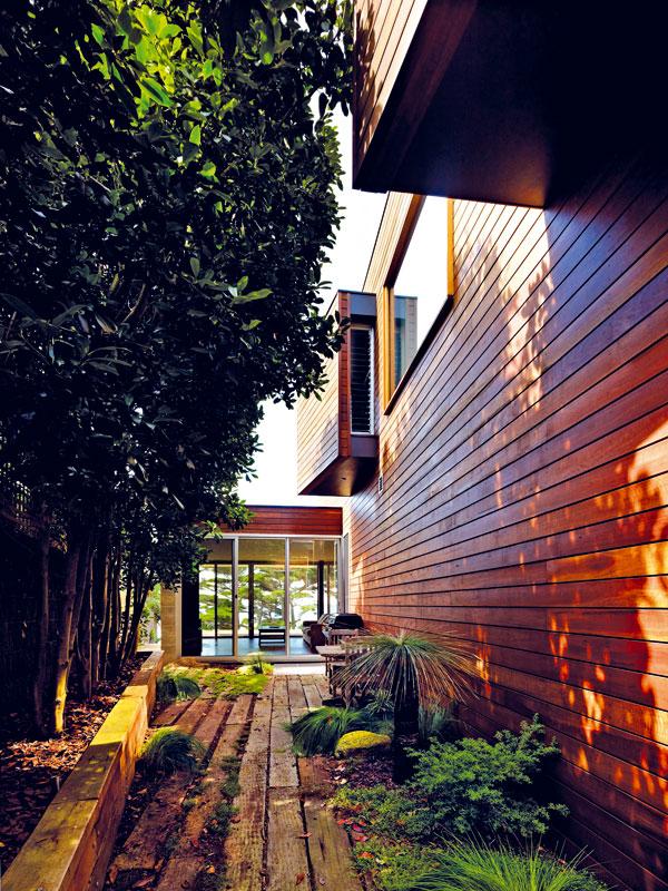 Z velké severní terasy se obývacím prostorem prochází do jiného světa. Západní terasa zacloněná hradbou stromů je vhodným místem pro posezení u grilu. FOTO: Rhiannon Slater