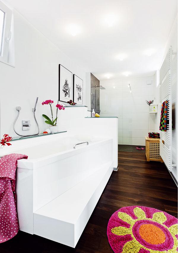 Pohoda v bublinkách. Příjemné místo k relaxaci nabízí lichoběžníková vana (Duravit). U ramen je širší a směrem k nohám se zužuje, díky tomu zabezpečuje dostatek prostoru ke koupání za menší spotřeby vody. Schůdek potom doplňuje její půdorys na obdélník a spolu s rukojetí umožňuje pohodlný a bezpečný přístup do koupele.
