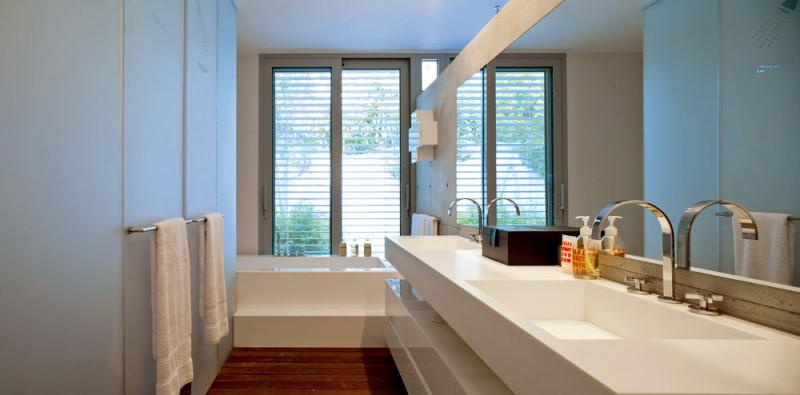 Vkoupelně u velké ložnice se za dveřmi zakvamarínového pískovaného skla socelovými držadly (která slouží zároveň jako věšáky) skrývá toaleta a sprcha, jak to naznačila architektka svým pop-artovým způsobem – nápisy apiktogramy. FOTO: Amit Geron