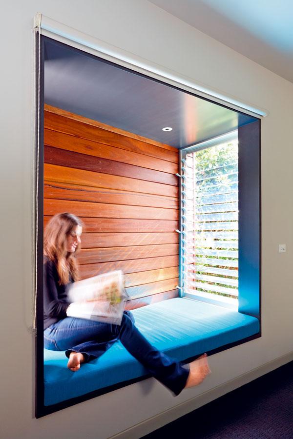 Arkýře, ve kterých se dá sedět, jsou architektonickým prvkem s dlouhou tradicí. Pro blízkost sousední parcely i pro prudké slunce nemají okno na čelní stěně. Do arkýřů svítí slunce krátce, a i tak je před horkými paprsky chrání dřevěné lamely. FOTO: Rhiannon Slater