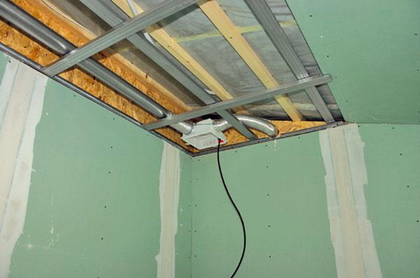 Nucené větrání pomocí ventilátorů zabezpečuje hygienickou výměnu vzduchu ve všech místnostech agarantuje tak suché stěny bezplísní. Za normálních okolností by docházelo kpohybu vlhkosti z koupelny do ložnice, což je jednoznačně nežádoucí jev.