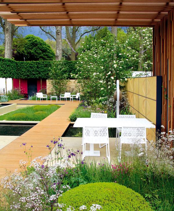 Snaha odstupňovat výsadby, vytvářet jakási rostlinná poschodí a střídat textury dynamizuje prostor celé zahrady. Foto: Daniel Košťál