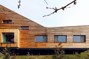 Dřevostavba, která lahodí nejen oku, ale i celkové scenérii za městem