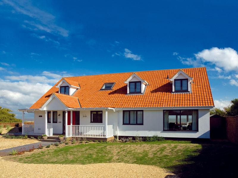Přední strana domu působí jednoduchým,pro danou lokalitu možná až standardním dojmem. Jen velké okno, jímž je vidět skrz dům až na moře, dává tušit velkorysé řešení domu. FOTO: CARLOS DOMINGUEZ